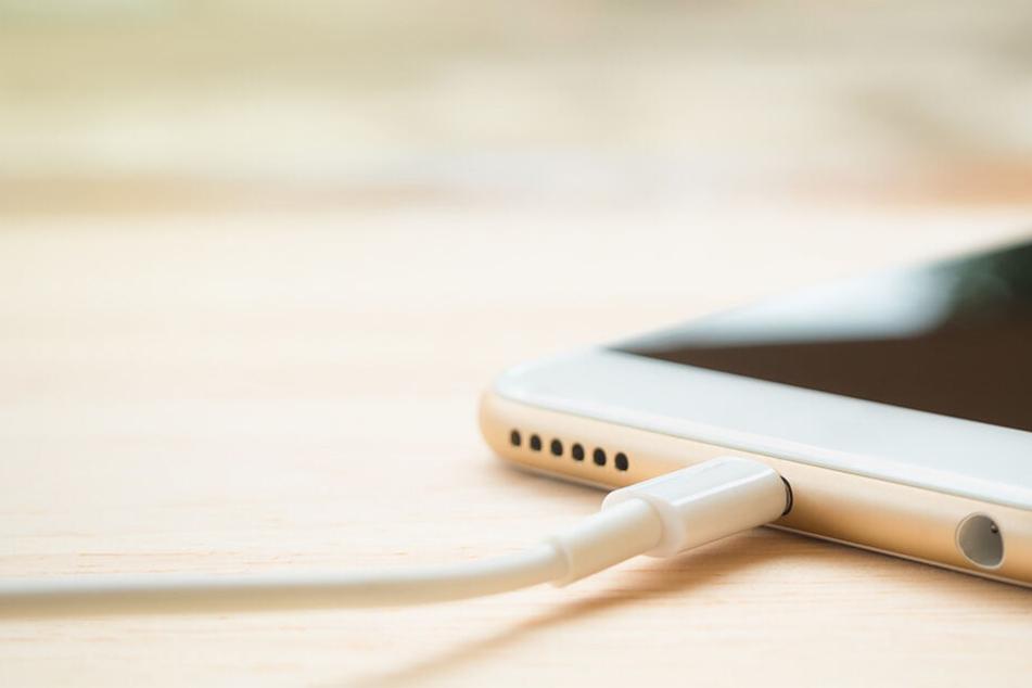 Ein einfaches Handy-Ladekabel wurde für eine Zweijährige zur tödlichen Falle (Symbolbild).