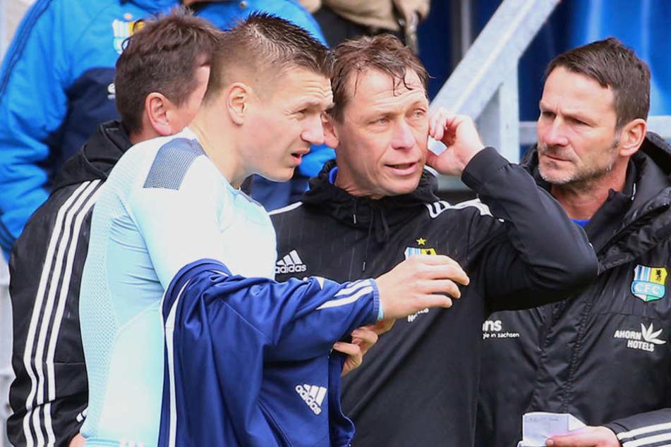 Coach Trainer Sven Köhler (M.) mit Daniel Frahn (l.), der das Toreschießen scheinbar verlernt hat.