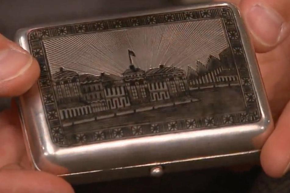 Die Tabakdose von 1872 aus Silber, mitgebracht von Peter Schiller.