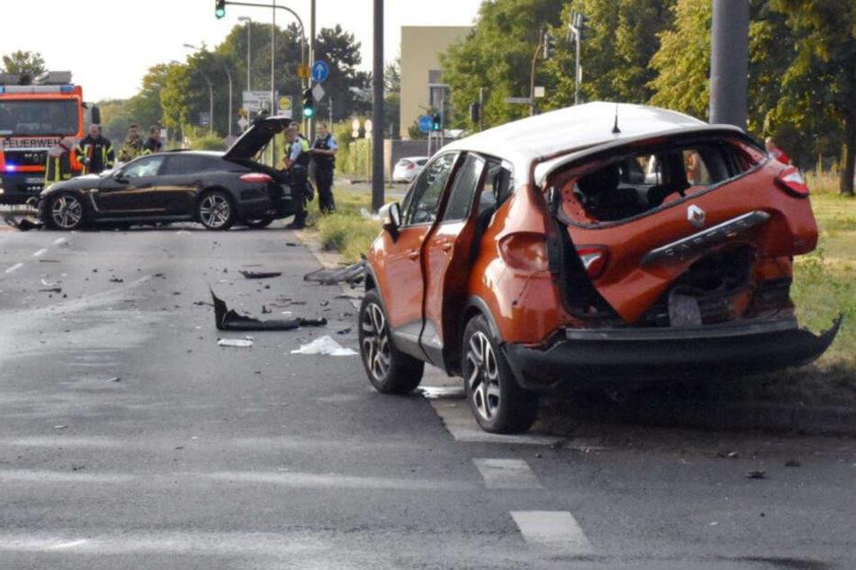 Der Renault krachte mit der Beifahrerseite in eine Straßenlaterne.