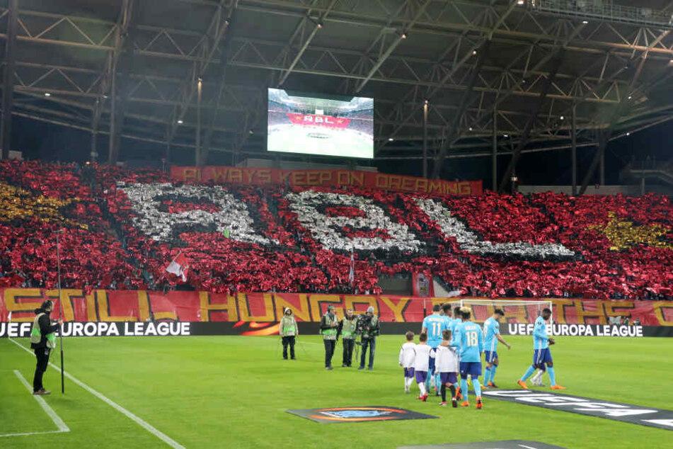 Choreo im Block B: Gegen Marseille waren deutlich mehr Zuschauer in der Red Bull Arena und durften sich über einen Heimsieg freuen.