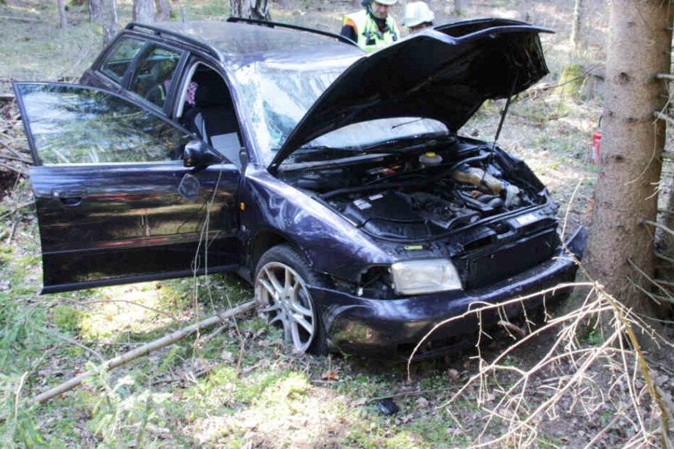 Fahrerin verliert Kontrolle über Audi, überschlägt sich und landet in einem Wald