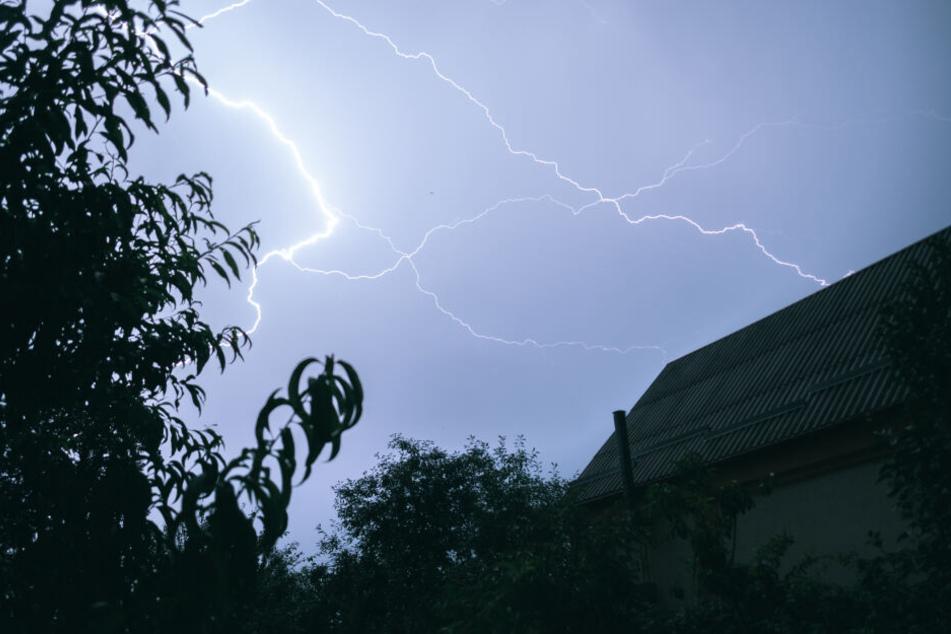 Der Deutsche Wetterdienst warnt für den Rheinland vor starken Gewittern. (Symbolbild)