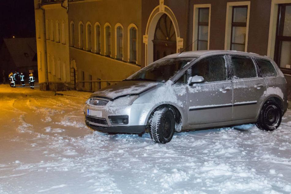 Der Ford war auf der steilen Straße plötzlich ins Schleudern gekommen.