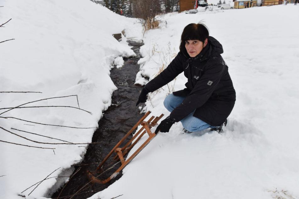 Nach dem Schlitten-Sturz ihrer Enkel suchte Oma Jutta nach dem unbekannten Retter.