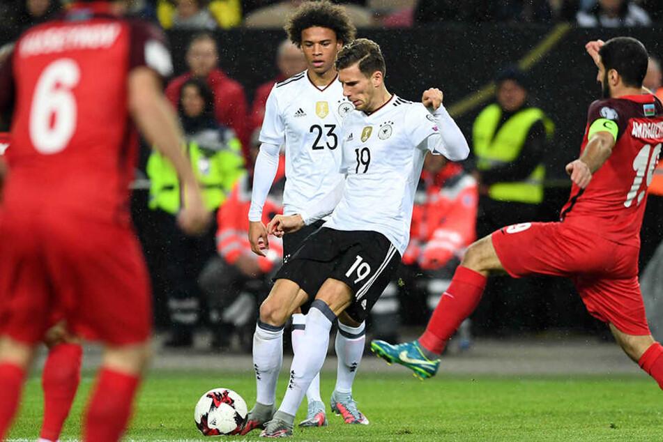 Leon Goretzka von Deutschland (M.) gegen Rahid Amirguliyev von Aserbaidschan war für das 1:0 verantwortlich.