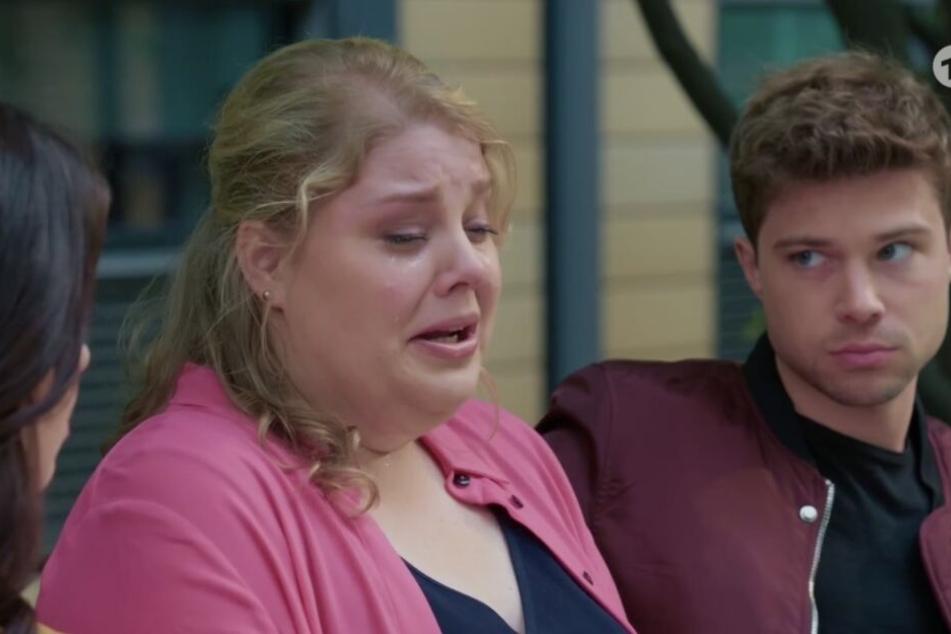 Miriam brach in Tränen aus, als sie Jasmin und Kris von der letzten Begegnung mit Rieke erzählt.