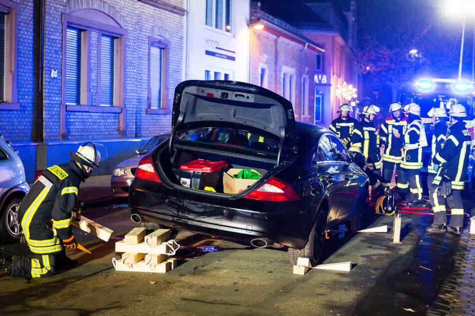 Der Mercedes musste angehoben werden, um das Unfallopfer zu befreien.