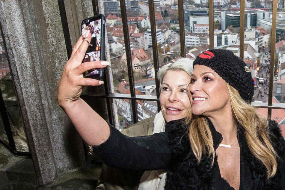 Sängerin Anastacia (r.) mit ihrer Schwester Shawn auf dem Turm des Münsters in Ulm beim Selfie-Machen.