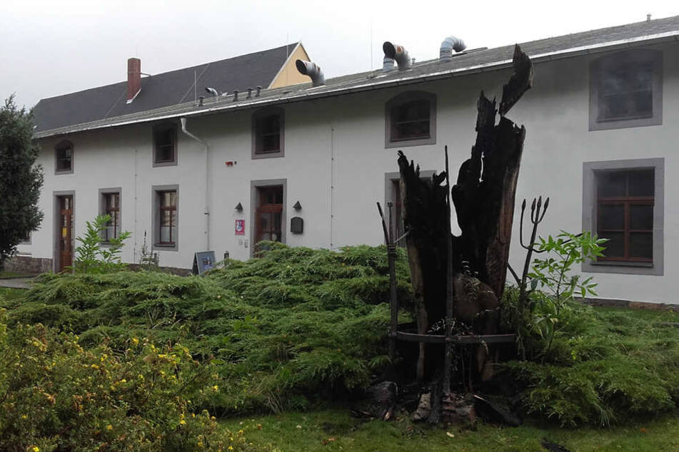 """Die Skulptur steht seit 1994 vor dem """"Theater Variabel""""."""