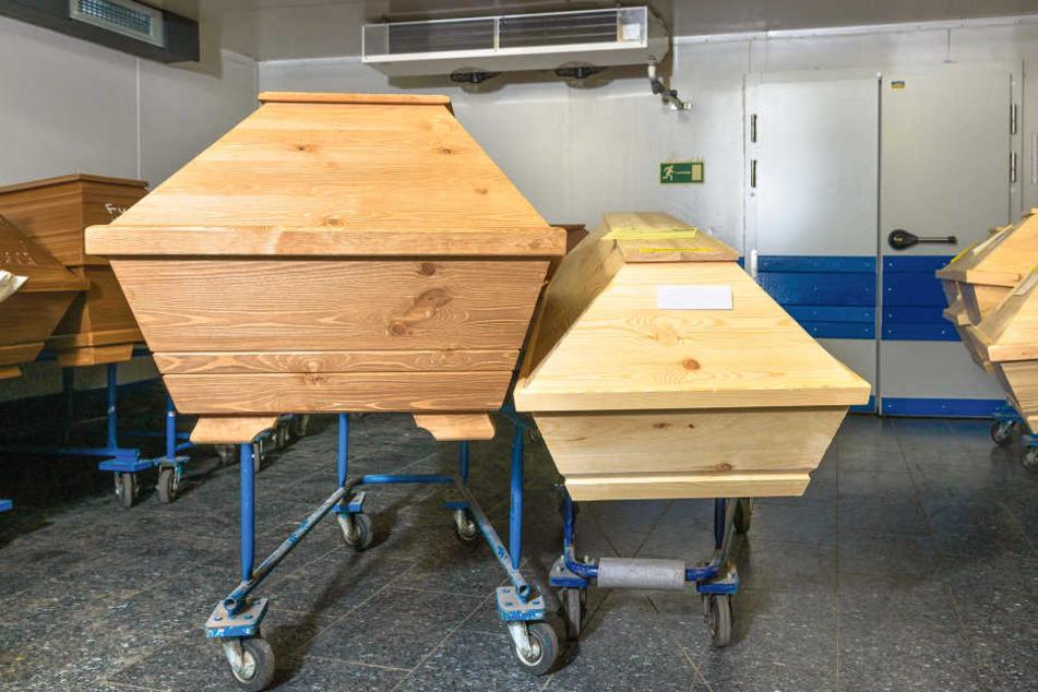 Rechts ein normaler Sarg, links ein besonders großer. Weil die in vielen anderen Krematorien nicht in den Ofen (kl.F.) passen, bringen Bestatter die XXL-Toten auch von weit weg hierher.