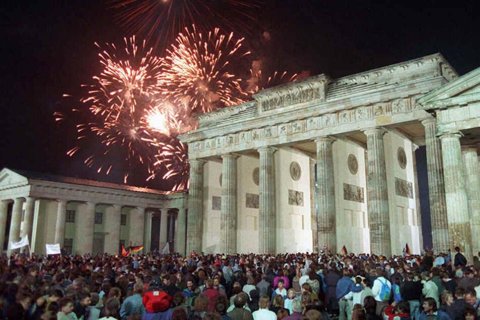 Mit einem Feuerwerk am Brandenburger Tor in Berlin feierten rund eine Million Menschen in der Nacht vom 2. auf den 3. Oktober 1990 die deutsche Wiedervereinigung.