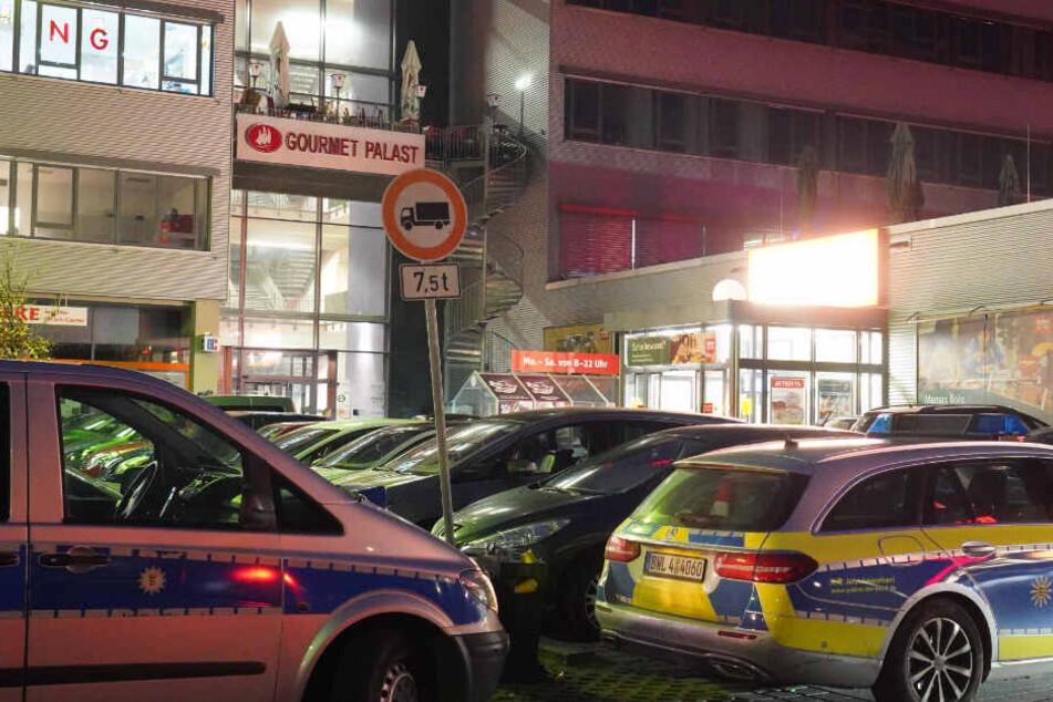 Polizeiwagen stehen vor dem Gebäudekomplex in Stuttgart-Hedelfingen.