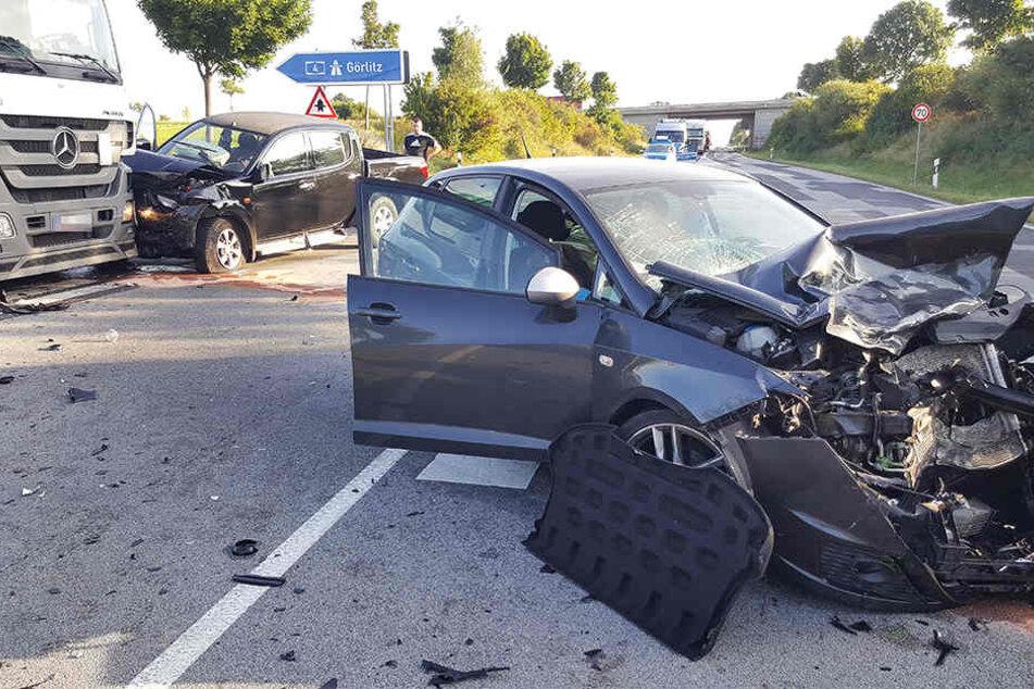 Die zwei Fahrer mussten in eine Klinik gebracht werden.