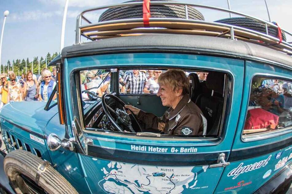 Heidi Hetzer beim Start zu ihrer Weltreise a 27. Juli 2014 in ihrem heute 87 Jahre alten Hudson Great Eight Oldtimer.