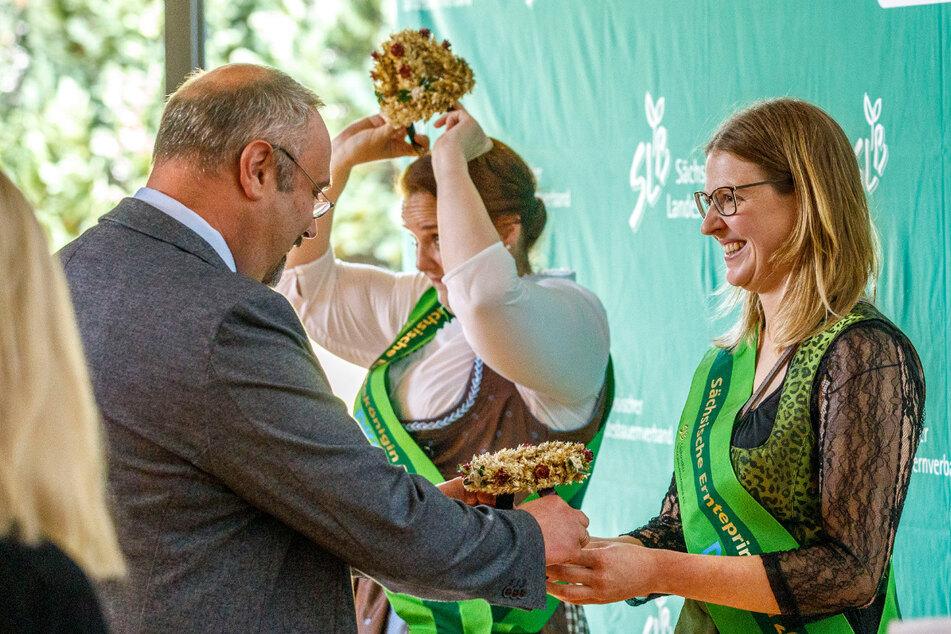 Die Freude ist groß: Ernteprinzessin Sandra I. wird mit einem Erntekranz aus Getreide und Trockenblumen geehrt.