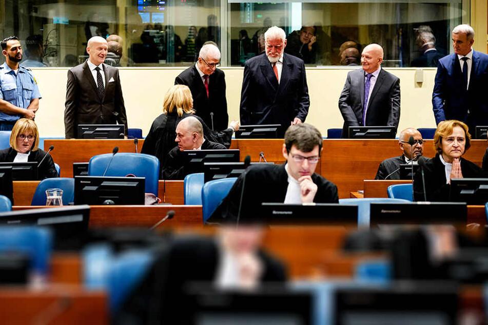 Unterbrechung bei UN-Tribunal: Angeklagter soll Gift genommen haben