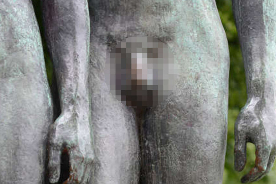 Autsch! Mann nagelt seinen Penis an einen Baum