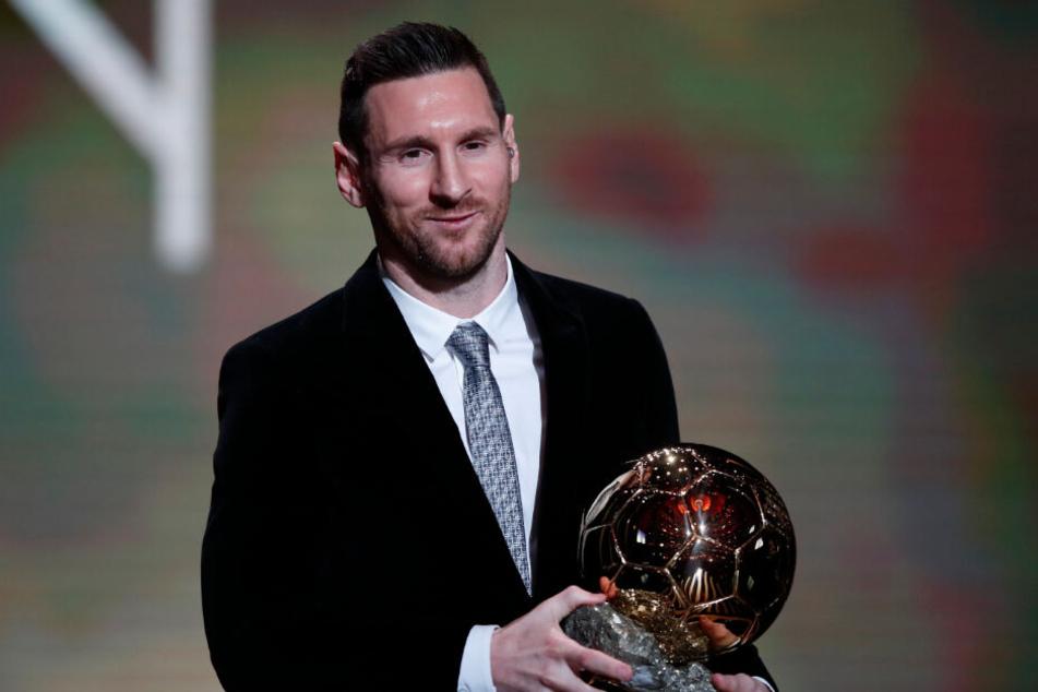 Lionel Messi argentinischer Fußballspieler beim FC Barcelona, hält die Trophäe während der Verleihung des Ballon d'Or im Grand Palais.
