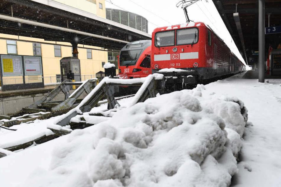 Furchtbares Unglück: Schülerin (16) in Gleisbett gerutscht und von Zug getötet