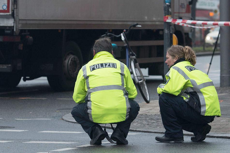 Schöneberg Radfahrerin wird von Lkw erfasst und stirbt
