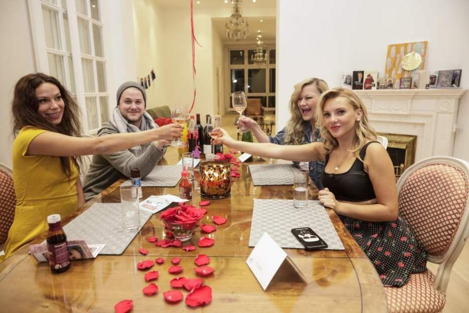 Die vier Dschungel-Teilnehmer beim Promi Dschungel Dinner: Kann Evelyn Burdecki auch hier gewinnen?
