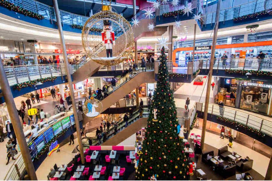 """In der Galerie Roter Turm baumelt zwar schon der Weihnachtsschmuck, vorher kommt aber die """"Black Week"""": Schnäppchenjäger sollten ab Montag hier und in den anderen Chemnitzer Einkaufsmeilen besonders gut aufpassen."""