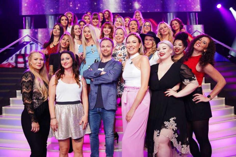 Ralf Schmitz mit weiblichen Kandidatinnen der Dating-Show.
