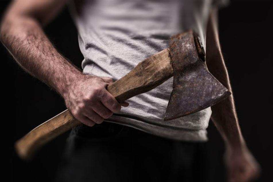 Der Mann töte mit einem Beil seinen Schwiegervater und verletzte seine Schwiegermutter. (Symbolbild)
