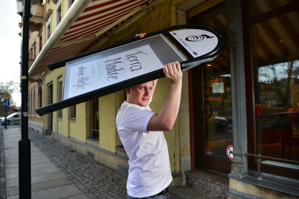 Bäckermeister Erik Spiegelhauer (28) packt seinen Aufsteller ein.