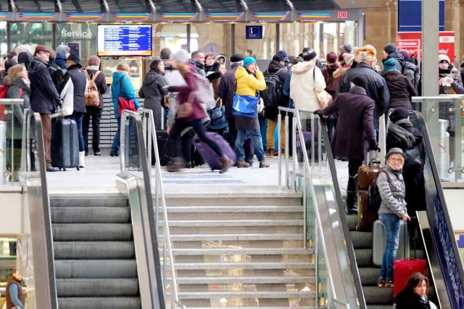 Wartende Leute am Hauptbahnhof in Leipzig. (Symbolbild)