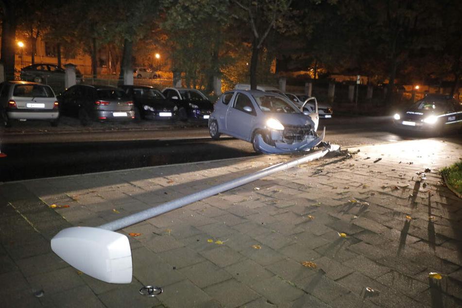 Der Toyota krachte gegen eine Laterne.