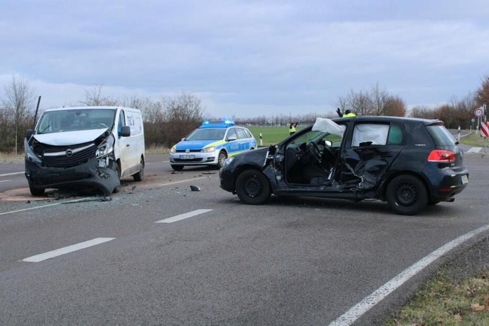 Heftiger Crash: Eingeklemmte Fahrerin (33) muss aus Auto befreit werden