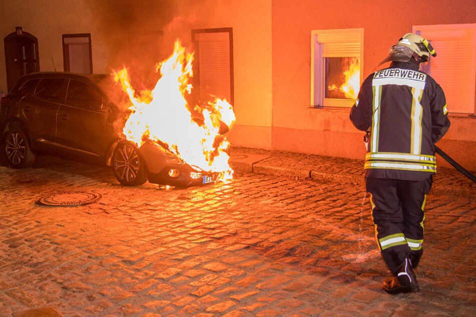 Die Feuerwehr konnte den Neuwagen in der Nacht nicht mehr retten.
