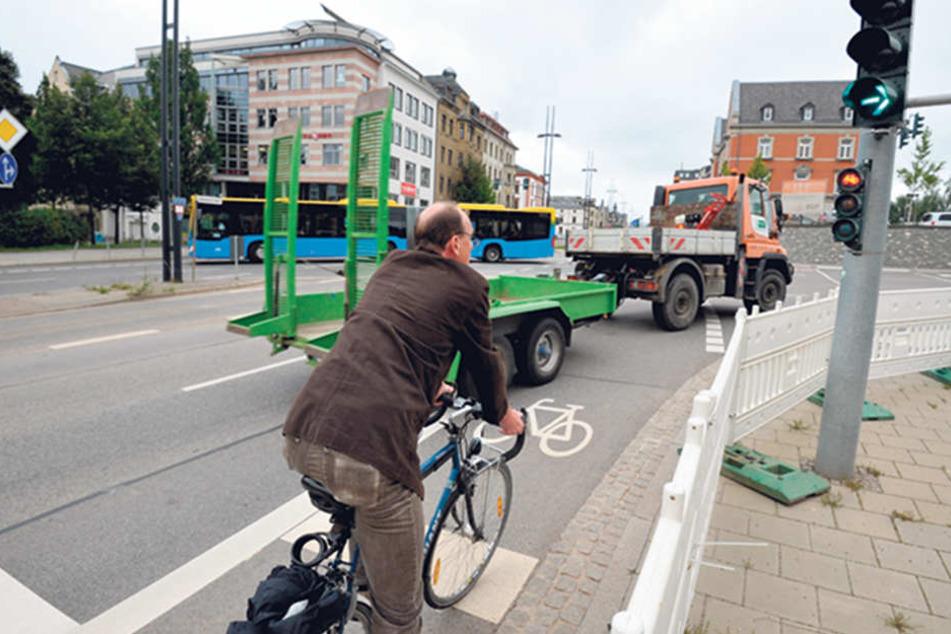 Fahrrad-Experte Ralph Sontag (48) zeigt die gefährliche Kreuzung Bahnhof-/Waisenstraße.