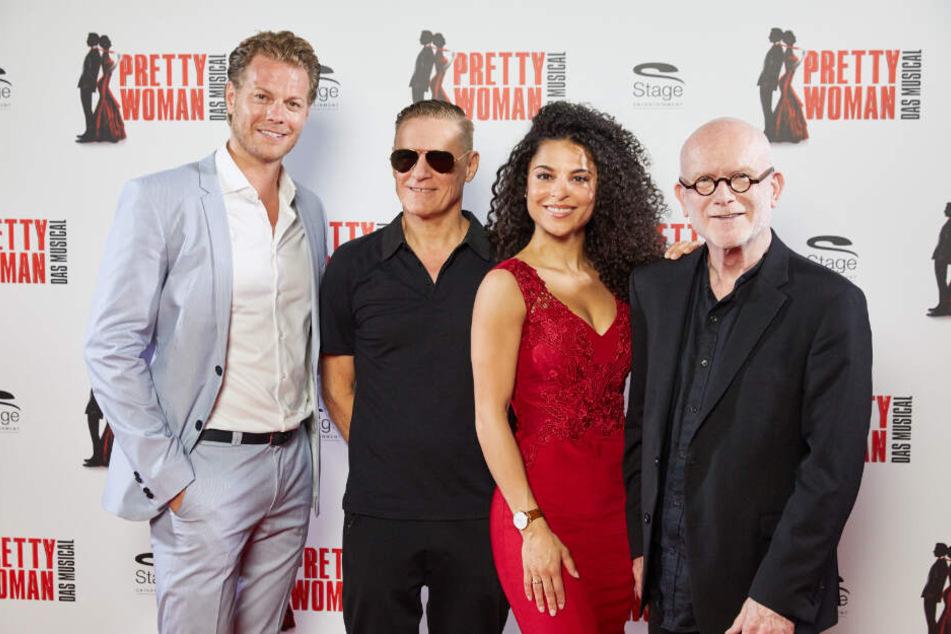 Die Hauptdarsteller Mark Seibert (links) und Patricia Meeden umrahmen Sänger Bryan Adams (Zweiter von links) und Jim Vallance.