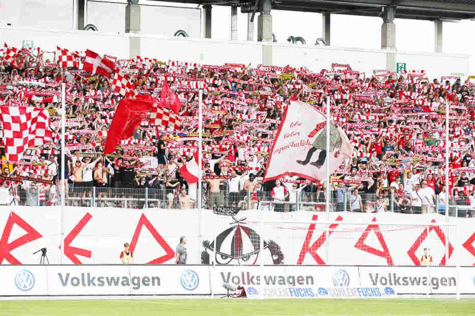 Sie standen die komplette Saison wie eine Wand hinter ihren Rot-Weißen: Auf die FSV-Fans, hier am 1. Spieltag gegen den HFC, war immer Verlass. Der Verein will sich dafür am Sonnabend gebührend revanchieren.