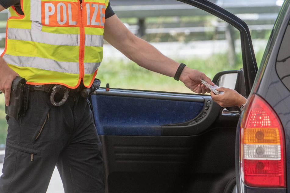 Bei einer Kontrolle fanden Polizisten eine Leiche im Kofferraum eines Auto. (Symbolbild)