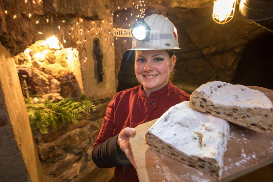 Die Konditormeisterin Anna Endter im Besucherbergwerk Finstertal mit einem der Christstollen aus dem Bergwerk.