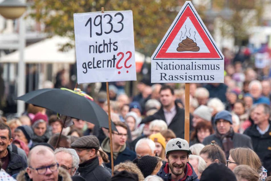 """Neonazi will """"Arischen Zirkel"""" aufbauen: 1500 Menschen demonstrieren dagegen"""