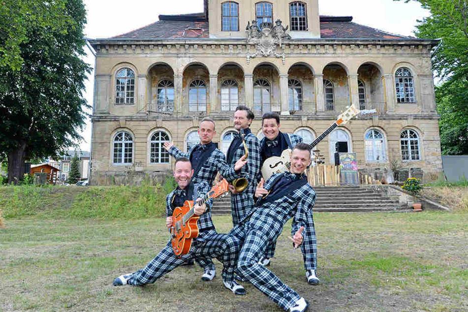 """Die Leipziger Rock'n'Roll-Band """"Firebirds"""" rockt ab Ende August den Schlossgarten mit ihrer Burlesque-Show."""