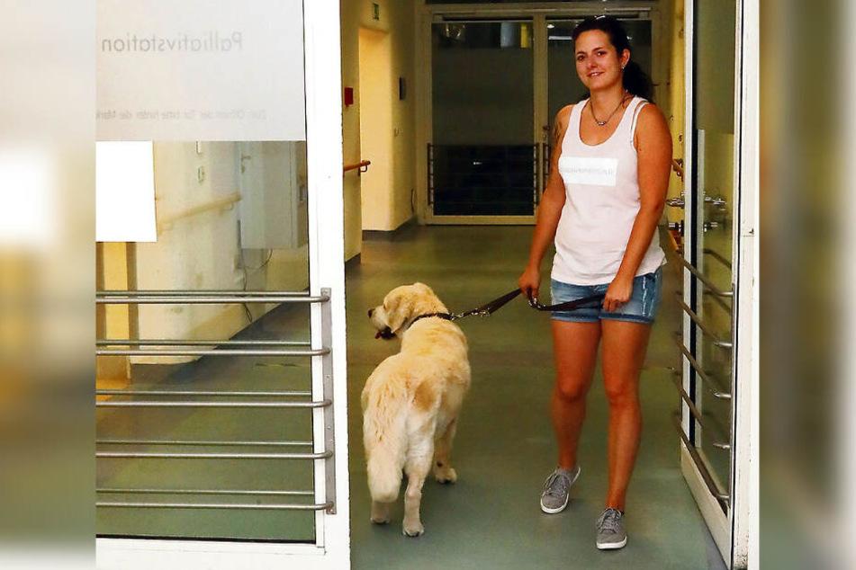 Ein mittlerweile vertrautes Bild: Frauchen und Hund sind auf der Palliativstation regelmäßig unterwegs.