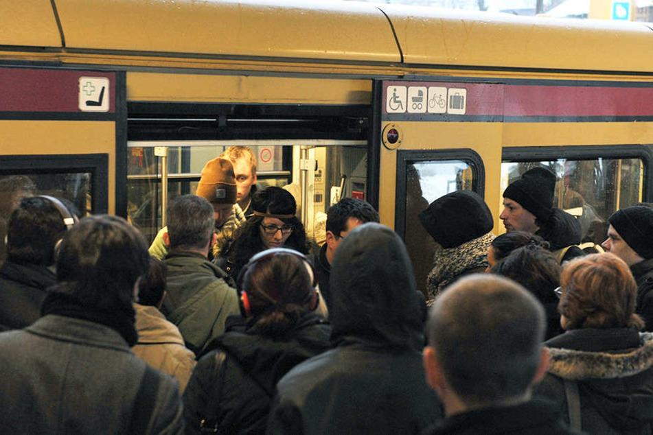 Rushhour an der Bahnsteigkante: Mit verkürzten Zügen im Berufsverkehr macht es keinen Spaß zur Arbeit zu fahren.