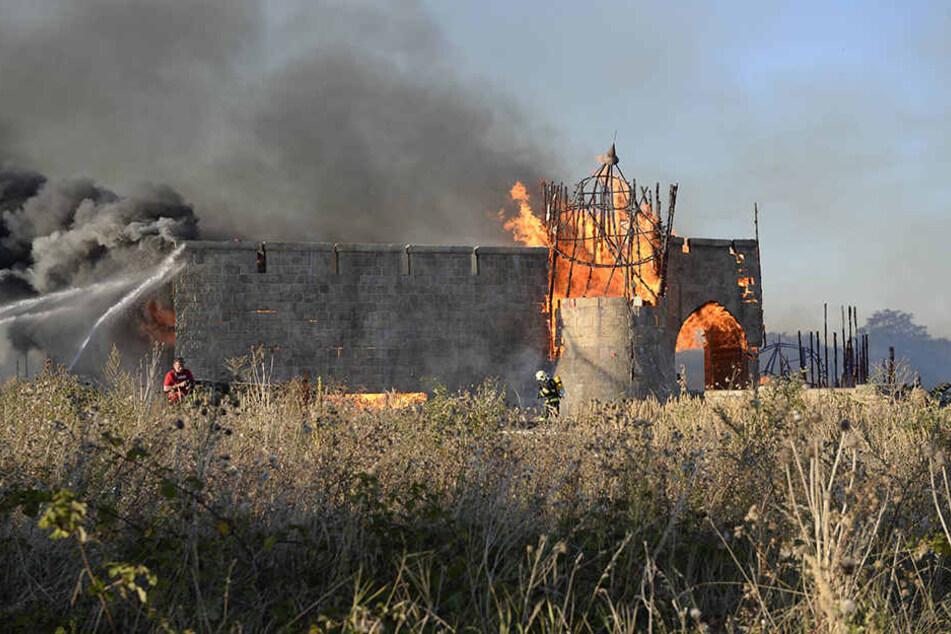 """Bei dem Feuer wurden die Kulissen für die US-Serie """"Knightfall"""" komplett zerstört."""