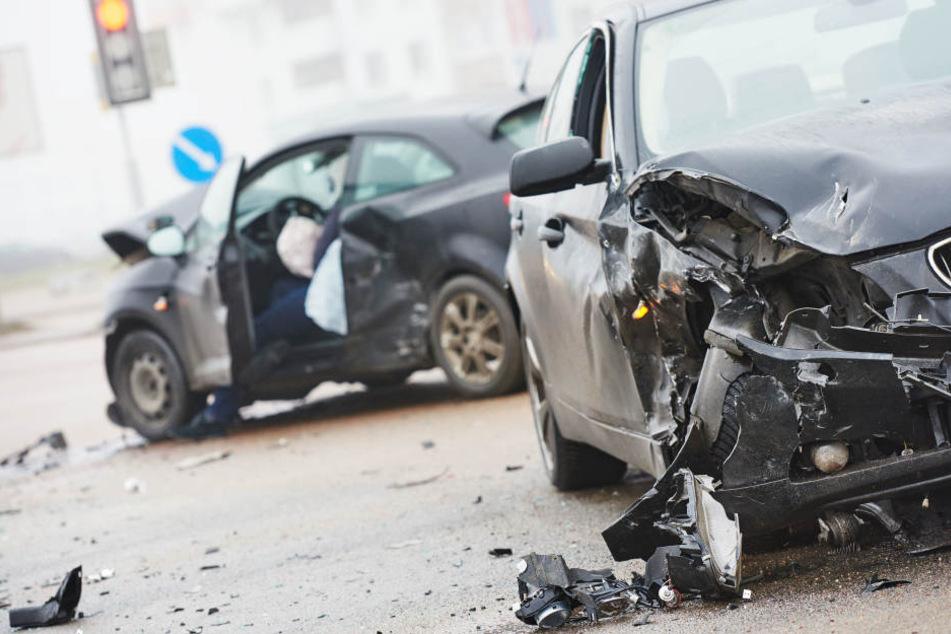 Der Ford war in den Gegenverkehr geraten und dabei mit einem Skoda zusammengestoßen. (Symbolbild)