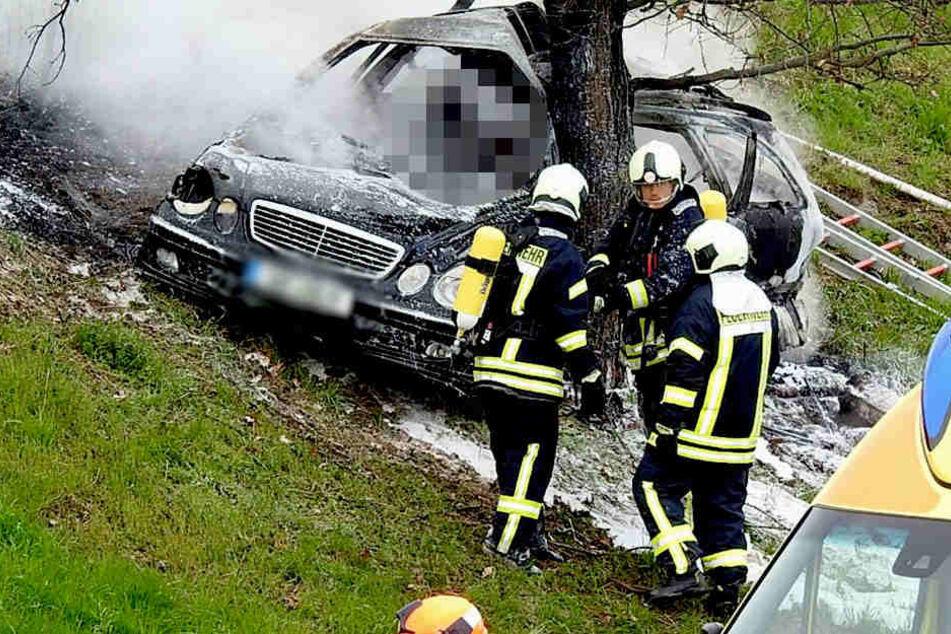 Der Mann verbrannte in seinem Auto-Wrack.