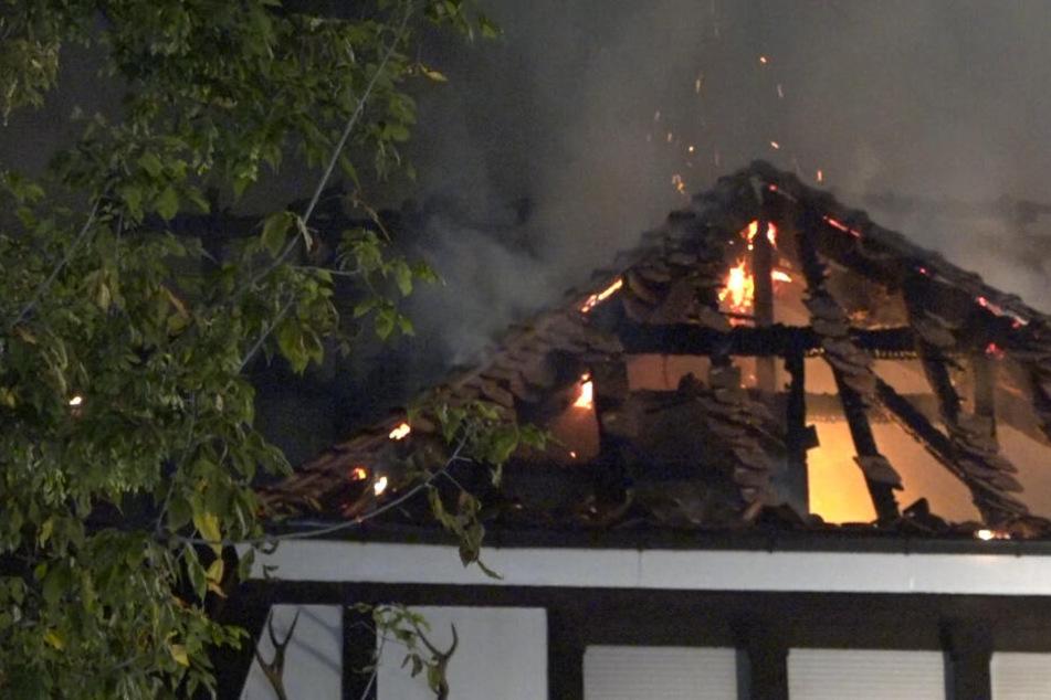Als die Frau von ihrer abendlichen Runde mit dem Hund zurückkam, stand die Villa bereits in Flammen.