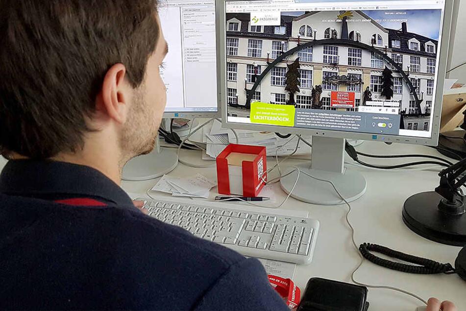 Es werde Licht, mit nur einem Klick: TAG24-Redakteur Stefan Graf (27) bringt den Gelenauer Schwibbogen vom Schreibtisch aus zum Leuchten.