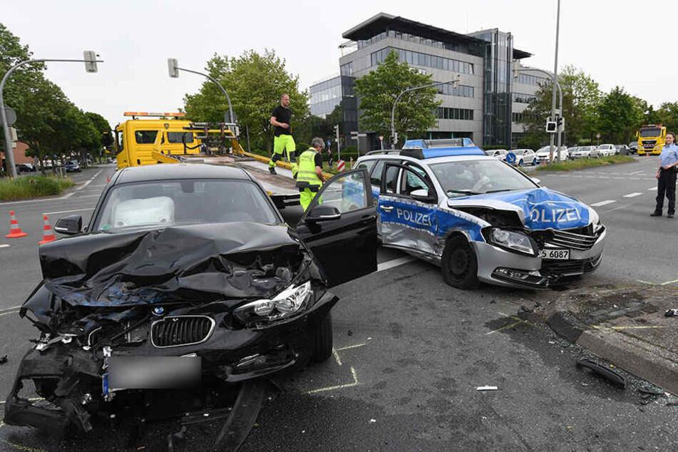 BMW-Fahrer sieht Polizei mit Blaulicht zu spät: Vier Verletzte