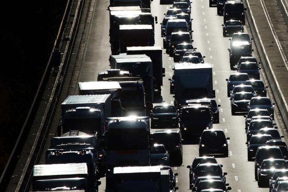 Mitten im Berufsverkehr: Schwertransporter auf A8 festgefahren